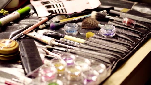 vidéos et rushes de bocaux avec des pinceaux poudre et maquillage brillants - pinceau à maquillage