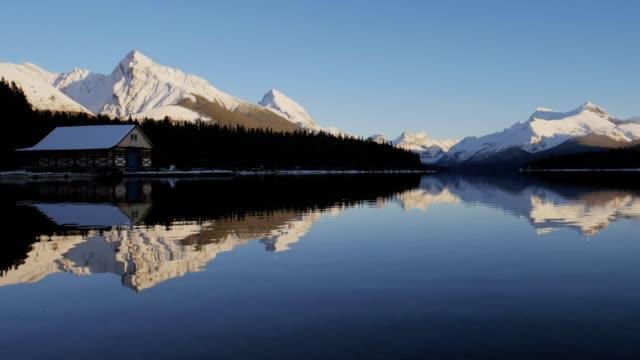 jasper nationalpark maligne see geist insel, alberta kanada - landhaus stock-videos und b-roll-filmmaterial
