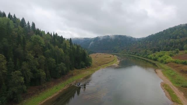 吉普車駕著河。山.森林.烏拉爾. - 亞洲中部 個影片檔及 b 捲影像
