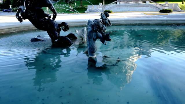 джефферсон-сити миссури капитал строительство пруд фонтан pan up - missouri стоковые видео и кадры b-roll