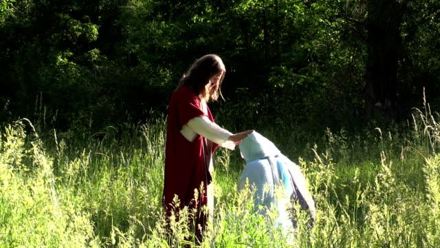 vídeos de stock e filmes b-roll de jesús blesses disciples prays em dia de sol e campo - cristo redentor