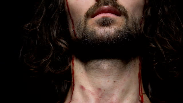 vídeos de stock e filmes b-roll de jesus christ crucified, blood dripping of wounds on head and body, punishment - cristo redentor