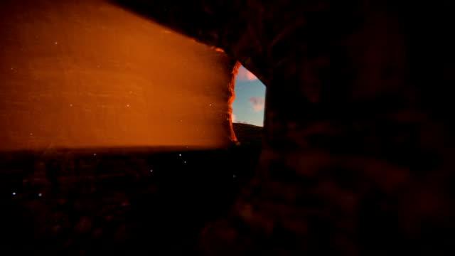 jesus kristus kors fästelse mot vacker solnedgång, utsikt från graven - ljus på grav bildbanksvideor och videomaterial från bakom kulisserna