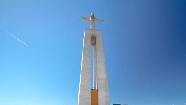 vídeos de stock e filmes b-roll de jesus cristo monumento em almada, distrito de lisboa, portugal timelapse hyperlapse - dia de reis