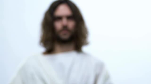 vídeos de stock, filmes e b-roll de jesus cristo que alcanga para fora as mãos que prendem o frasco do vinho sagrado, rituais, comunhão - primeira comunhão