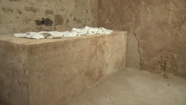 vídeos de stock e filmes b-roll de jesus'vazio túmulo no interior, domingo de páscoa, história, ressurreição - cristo redentor