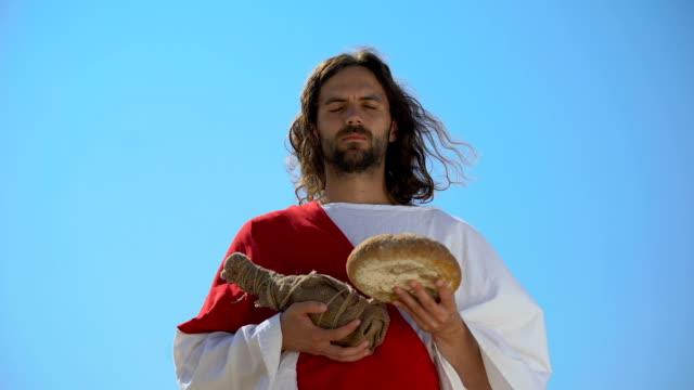 vídeos y material grabado en eventos de stock de jesús sosteniendo pan y botella de vino, compartiendo comida sacramental, santa eucaristía - misa