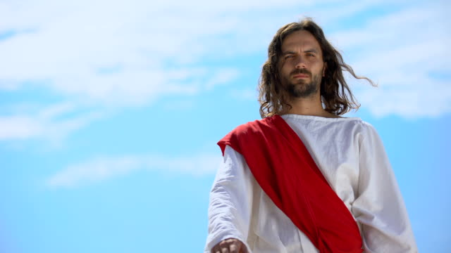 vidéos et rushes de jésus dans la robe étirant la paume ouverte sur la caméra, bénédiction et guérison, modèle - baptême