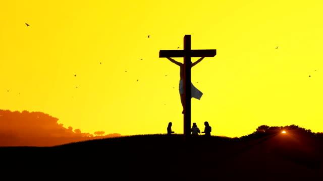 vídeos de stock e filmes b-roll de jesus on cross and worshipers praying against hot sunset, 4k - cristo redentor