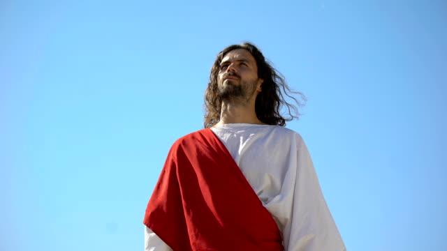vídeos de stock e filmes b-roll de jesus raising hands to sky and praying, resurrection and ascension of christ - cristo redentor