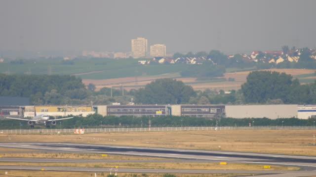 着陸前に接近するジェット機 ビデオ