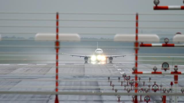 雨の時にジェット機が出発 ビデオ