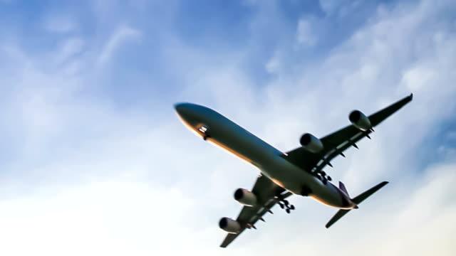 ジェット機フライングオーバヘッド - 飛行機点の映像素材/bロール