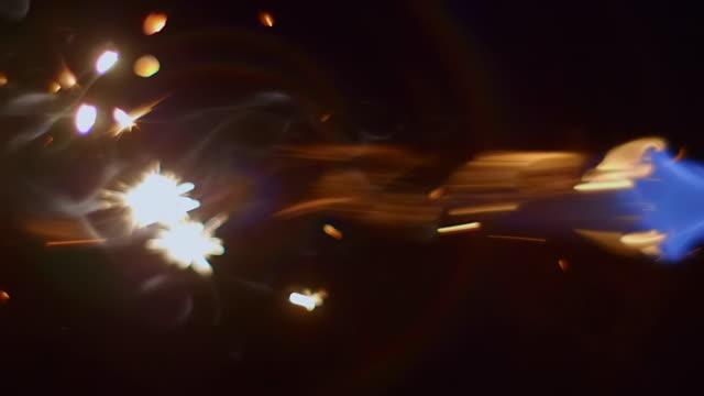 en stråle av blå låga med ljusgula gnistor framför lågan - värmepump bildbanksvideor och videomaterial från bakom kulisserna