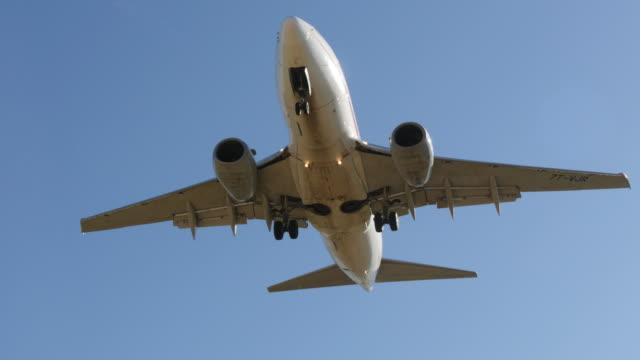 jet uçağı boeing 737 - 6d 6 yaklaşan açılış - sinek stok videoları ve detay görüntü çekimi