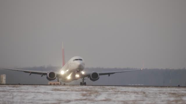 vídeos de stock e filmes b-roll de jet plane departure on a snowy runway - remover