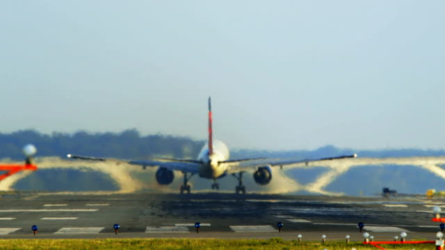 stockvideo's en b-roll-footage met jet takes off at reagan national airport - broeikasgas