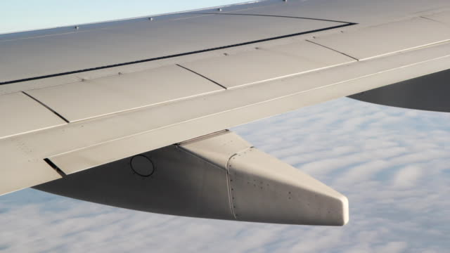 ala di aereo di dettaglio. primo piano. - battere le ali video stock e b–roll
