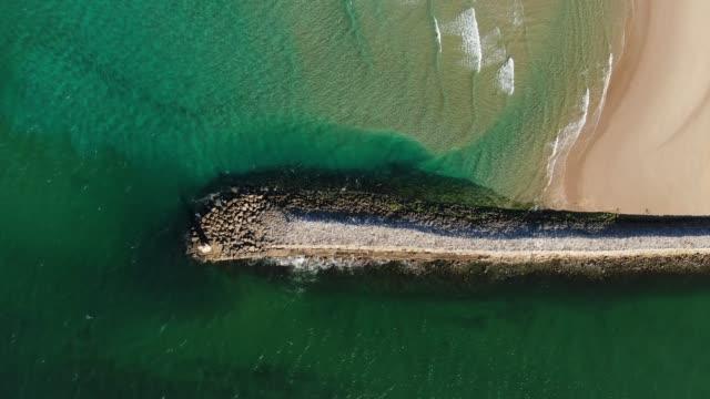yukarıdan görüldüğü gibi iskele ve plaj - dalgakıran stok videoları ve detay görüntü çekimi