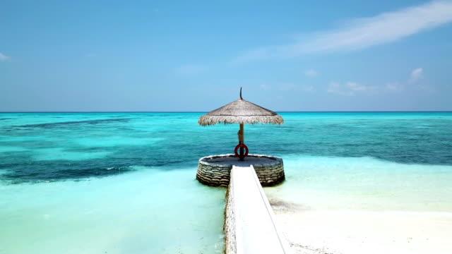 i̇skeleye canareef resort maldivler, herathera adası, addu atoll, maldives - dalgakıran stok videoları ve detay görüntü çekimi