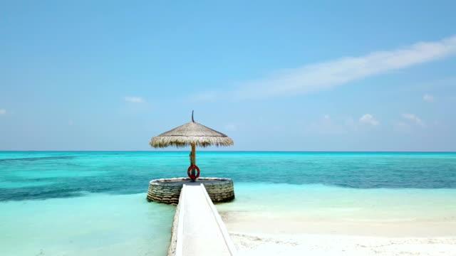 桟橋 canareef リゾート モルディブは、herathera 島、アッドゥ環礁、モルディブで - 異国情緒点の映像素材/bロール