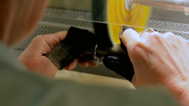 juwelier poliert silber schmuck ring - grind stock-videos und b-roll-filmmaterial