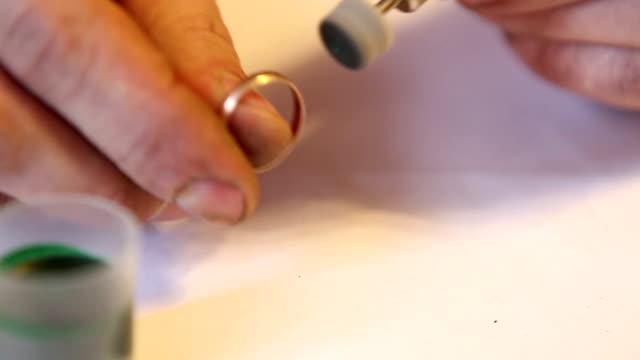 juwelier polieren gold ring mit der hilfe - polnische kultur stock-videos und b-roll-filmmaterial
