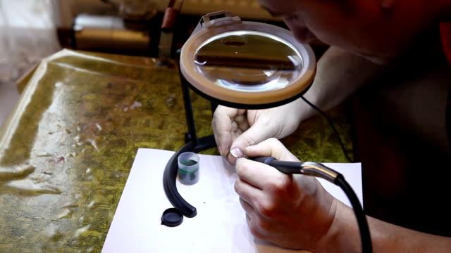 juwelier polieren gold ring mit - polnische kultur stock-videos und b-roll-filmmaterial