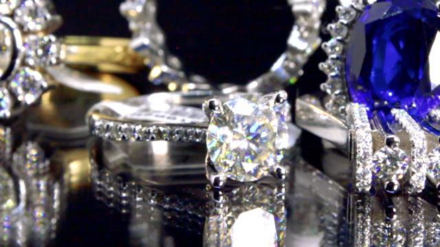 stockvideo's en b-roll-footage met de achtergrond van juwelen met saffier, diamanten en witte gouden stukken - halsketting