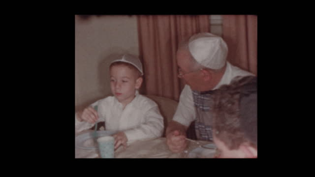 Familia judía 1956 comer en el Séder de Pascua - vídeo