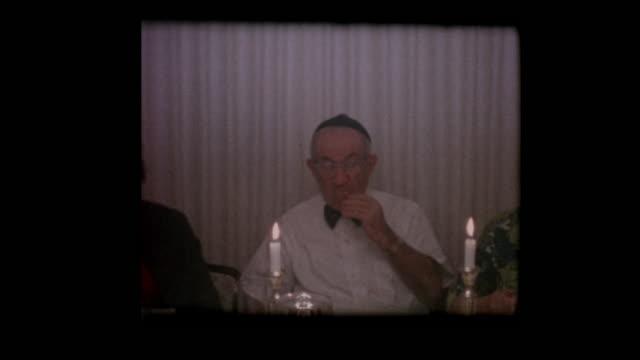 Familia judía 1963 come matzá en la mesa del seder de la Pascua - vídeo