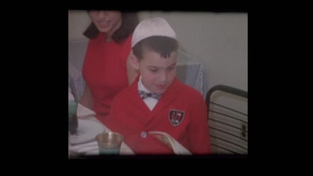 Familia judía 1963 lectura Hagadá en el Seder de la Pascua - vídeo