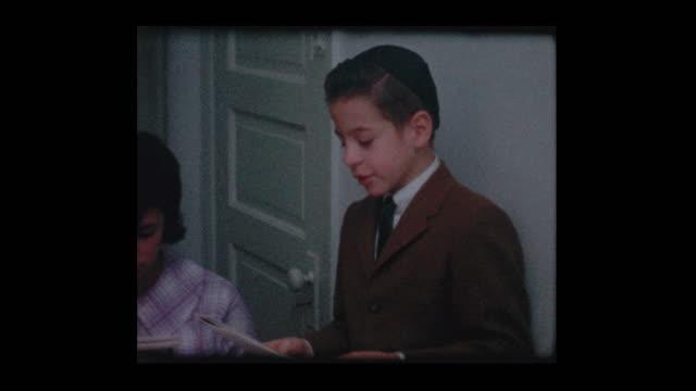 Familia judía de 1963 lee la Hagadá en el seder de la Pascua - vídeo
