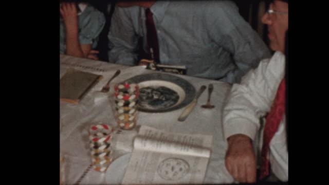 ユダヤ人の祖父は、過越祭セダーのワインで祈りを唱える - 過ぎ越しの祭り点の映像素材/bロール