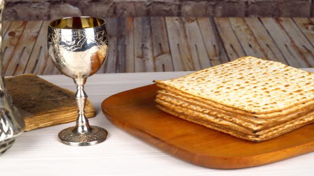 vídeos y material grabado en eventos de stock de festividad judía pesah fiesta concepto judío pascua vacaciones pascua matzah kidush plata vino copa para pascua, enfoque selectivo - pascua judía