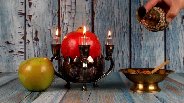 jewish holiday rosh hashanah honey and apples with pomegranate traditional symbols - rosh hashanah filmów i materiałów b-roll