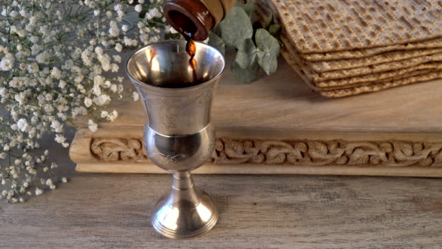 Fiesta de Pascua judía celebración de fiesta matzah pan con vino kosher - vídeo
