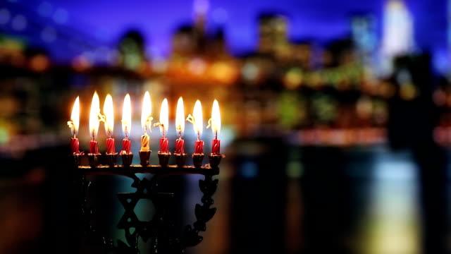 ユダヤ人のシンボルのユダヤ教の祝日ハヌカ本枝の燭台伝統的な燭台ユダヤ人の休日、休日のシンボルと - ハヌカー祭点の映像素材/bロール