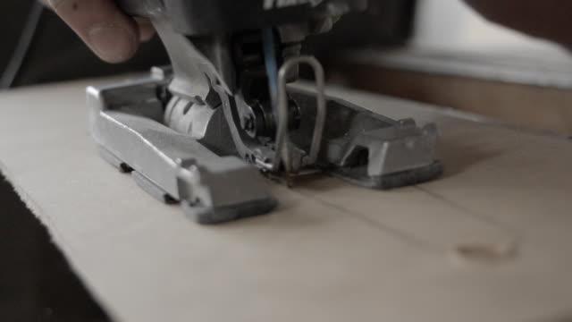 Stichsäge Sägen eine Holzplatte – Video