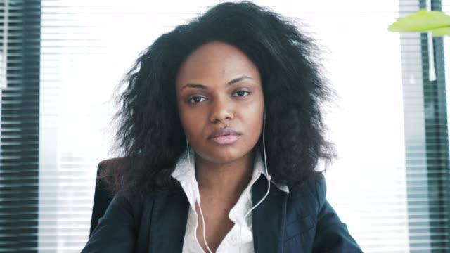 anställningsintervju. - videor med headphones bildbanksvideor och videomaterial från bakom kulisserna