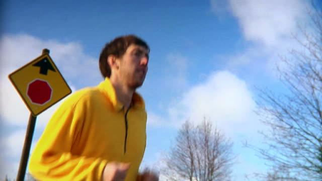 jogger country road dolly medium shot hd - bir orta yetişkin erkek sadece stok videoları ve detay görüntü çekimi