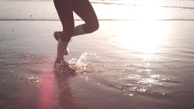 ビーチでのジョギング - 影点の映像素材/bロール