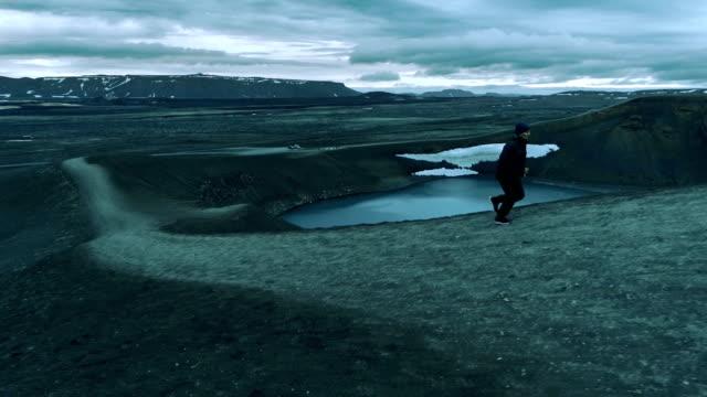 vidéos et rushes de jogging en terrain extrême. lac de cratère - paysage extrême