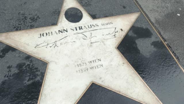 vídeos de stock e filmes b-roll de johan strauss star in sidewalk - compositor