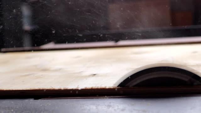 tischler, schneiden sie ein holzbrett mit kreissäge-slow-motion - sägemehl stock-videos und b-roll-filmmaterial