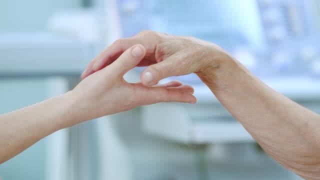 Participar de mãos em uma clínica - vídeo