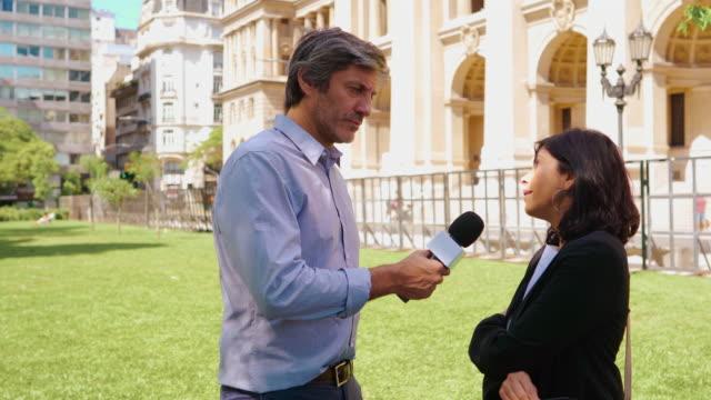 vidéos et rushes de journaliste posant quelques questions - interview