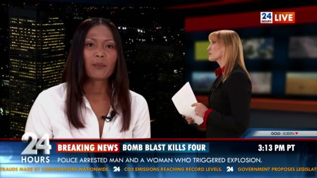 hd: journalist berichten live im studio - negativ bildart stock-videos und b-roll-filmmaterial