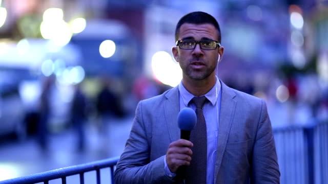 vídeos y material grabado en eventos de stock de periodista informes vivo en tv noticias noticiero - periodista