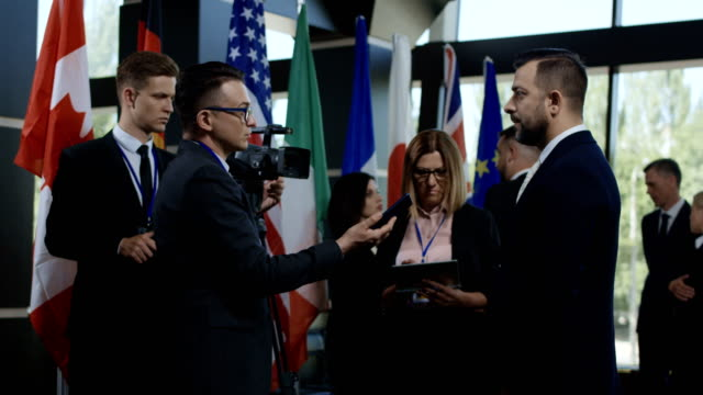 journalist taking interview from politician - conferenza stampa video stock e b–roll